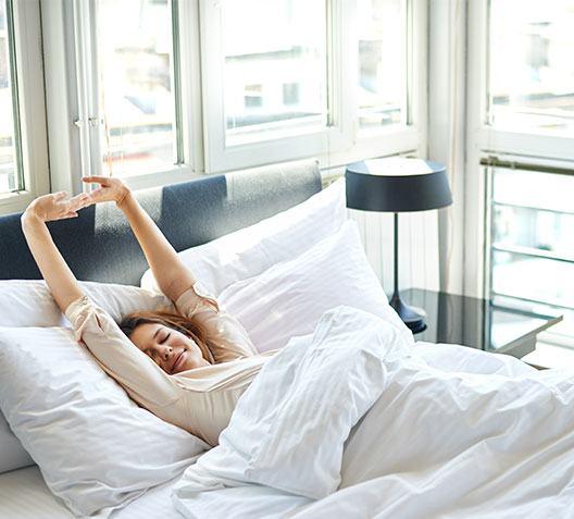 תמונת פוסט - אישה מתעוררת במיטה